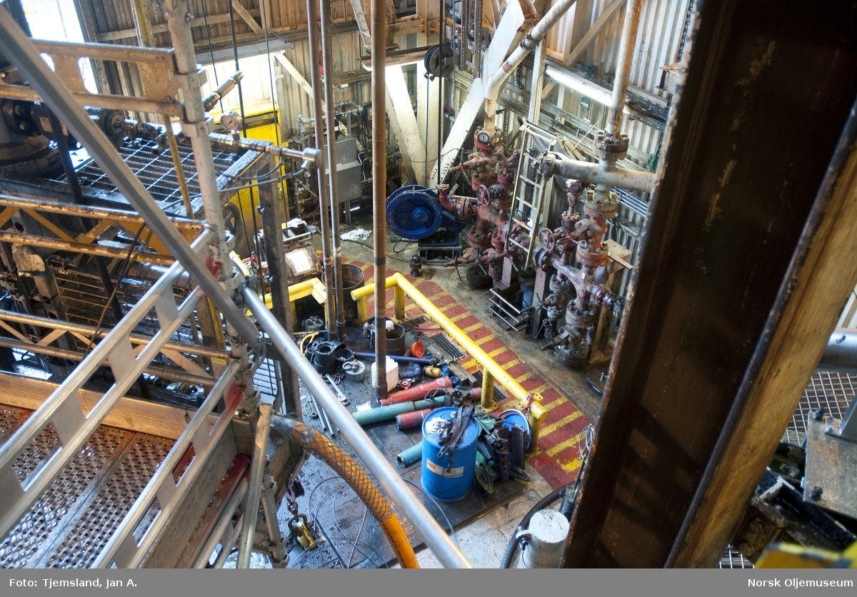 Deler av boredekket på Statfjord C sett oppe fra trapp i boretårnet.