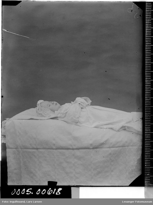 Post mortem, bilde av et barn på likstrå.