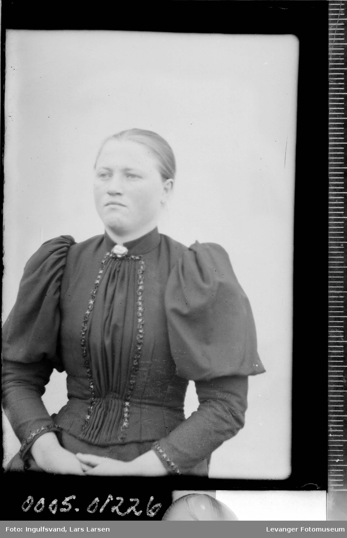 Portrett av ung kvinne.