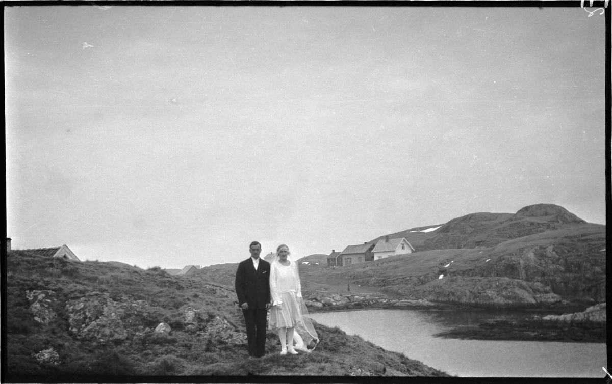 Brudeparet Ragnhild og Kristoffer Karlsen, Hågøyhågen, Bulandet. Gjørøya i bakgrunnen