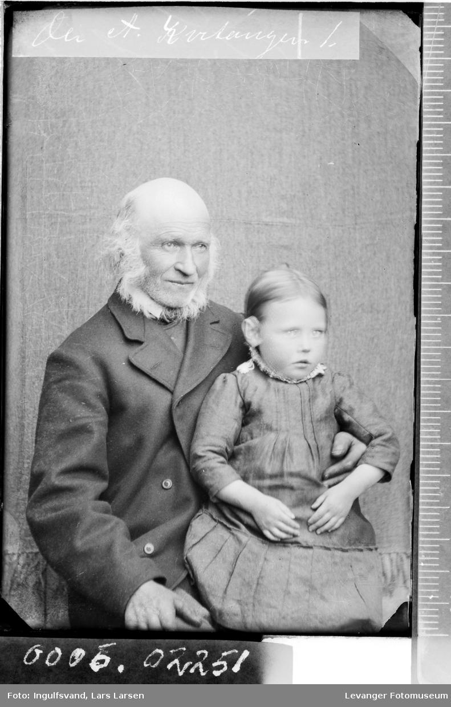 Portrett av mann med en jente på fanget.