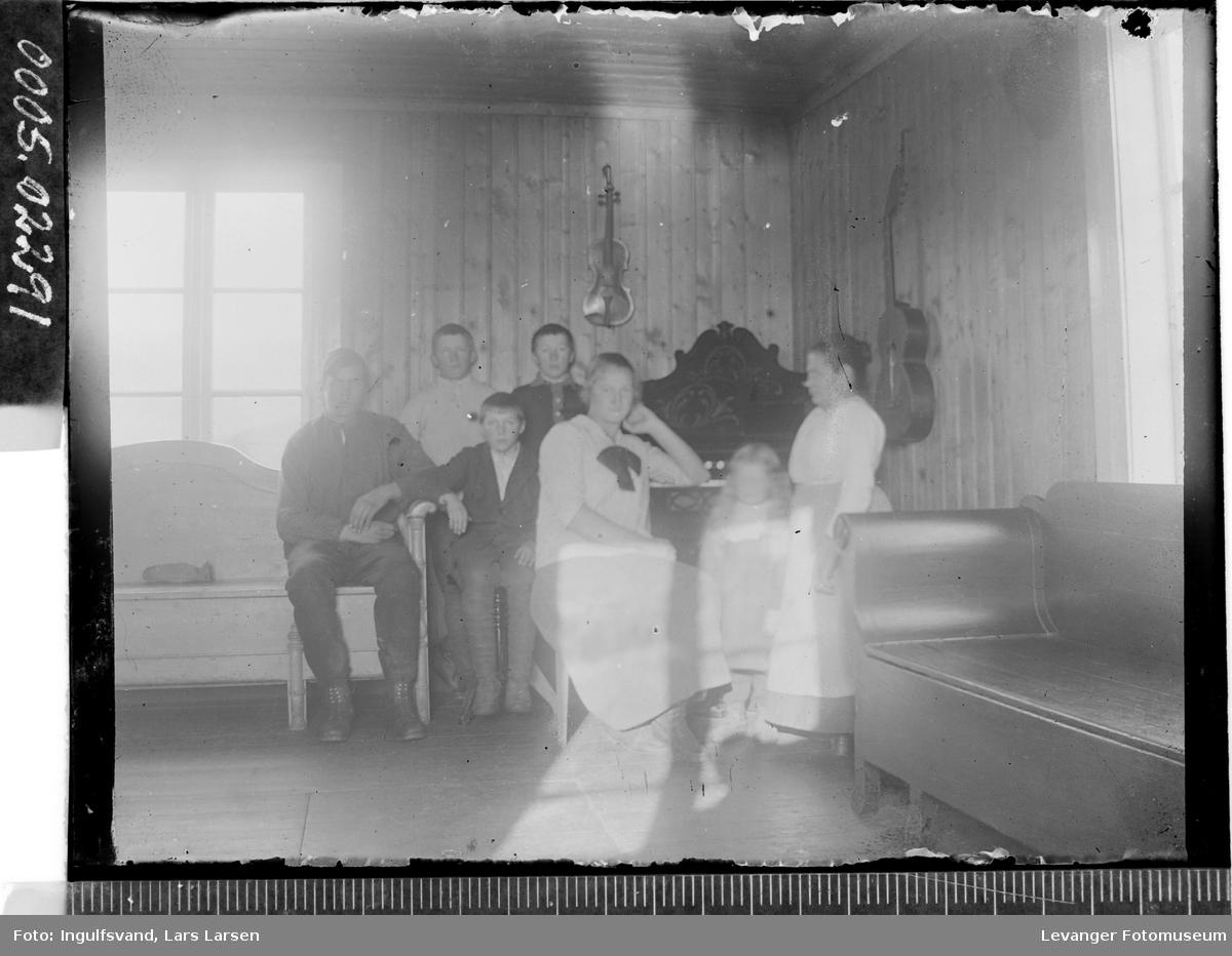 Gruppebilde av to kvinner, en mann og fire barn.