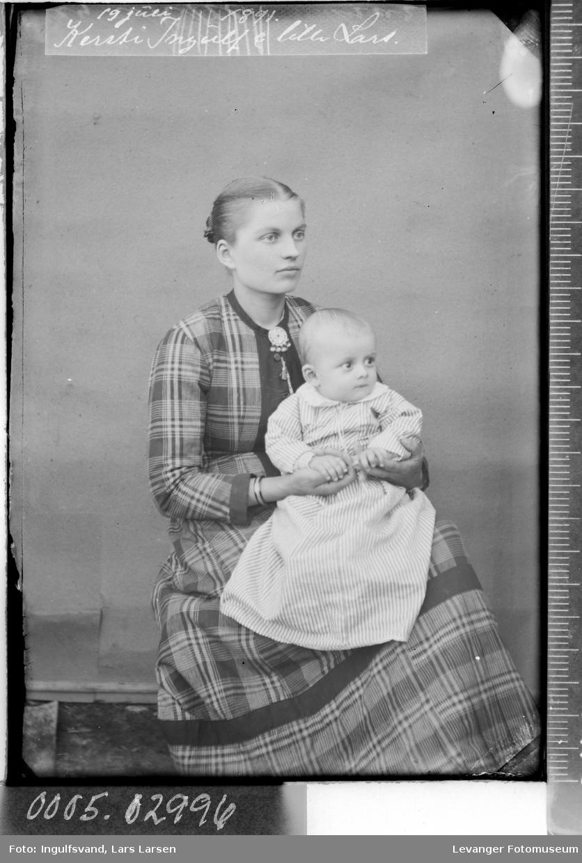 Portrett av kvinne med et barn på fanget.