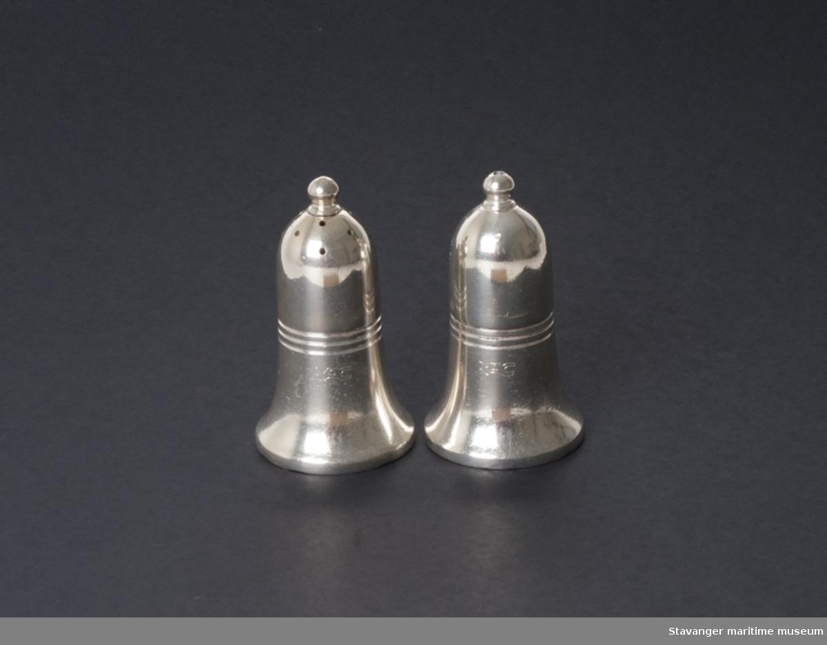 Pepperbøsse i sølvplett med NAC inngravert.