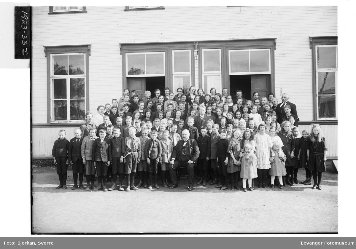Elever utenfor Hegle gamle skole i Frol