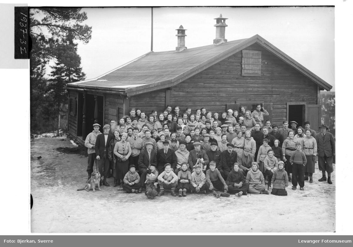 Gruppe foran Sportslagets hytte på Svartberget