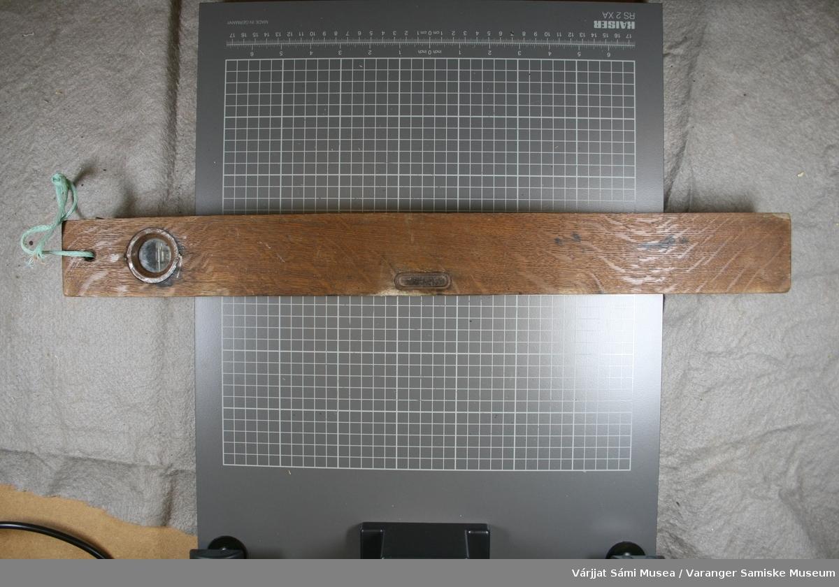 Vater av tre. Messingplate med liggende vater. Messingplata er skrudd fast med 4 skruer.