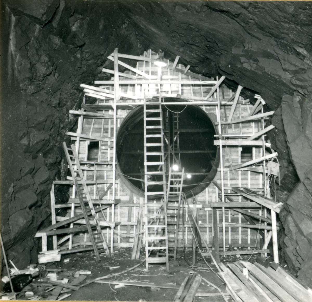 Tilløpstunnel frå Vesås. Forskaling i tunnel