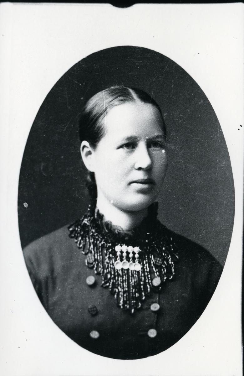 Brystbilde av kvinne, lerretbakgrunn