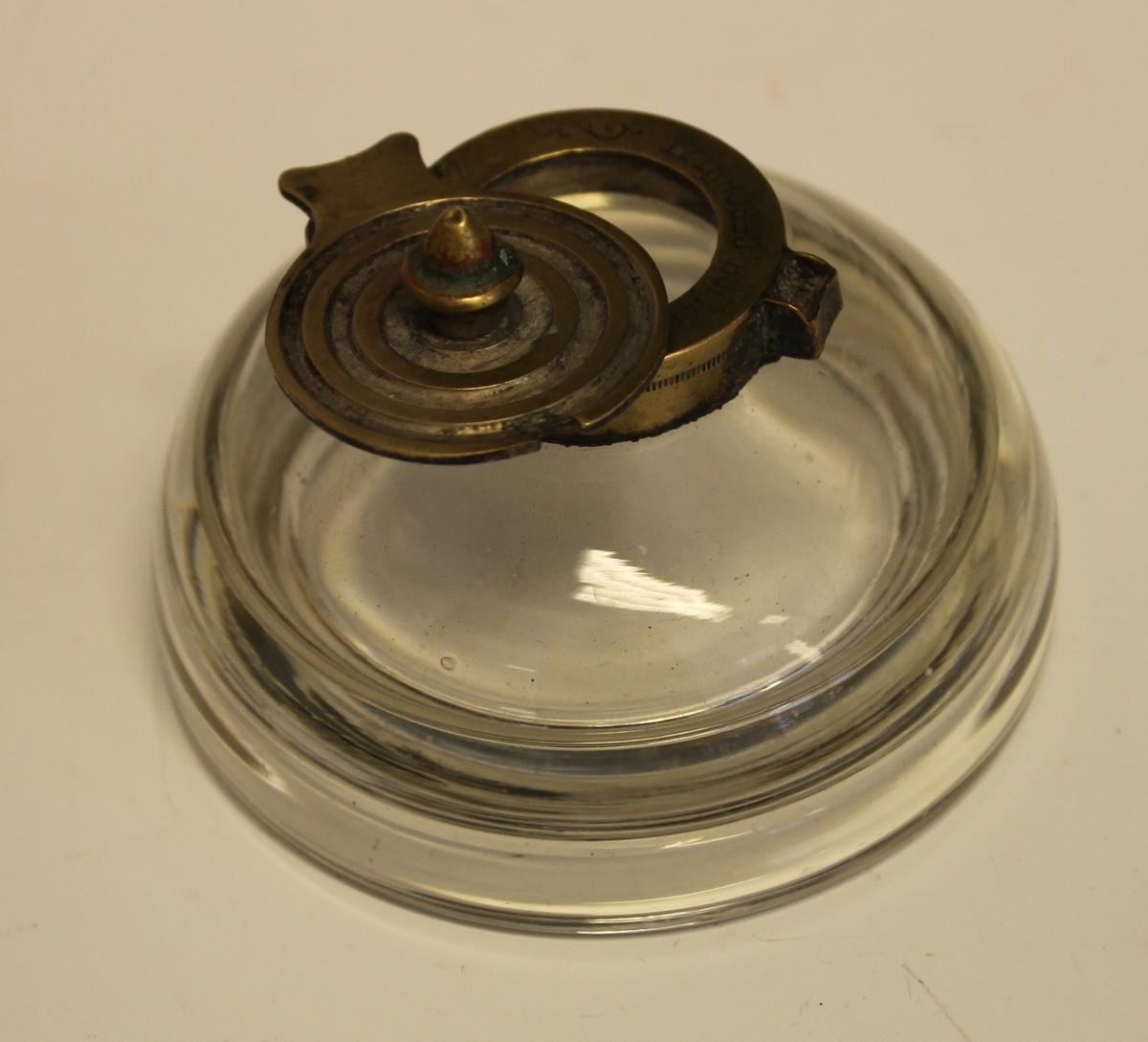 Halvkuleformet glassbeholder med lokk. Bunn er formet så den passer til et stativ.