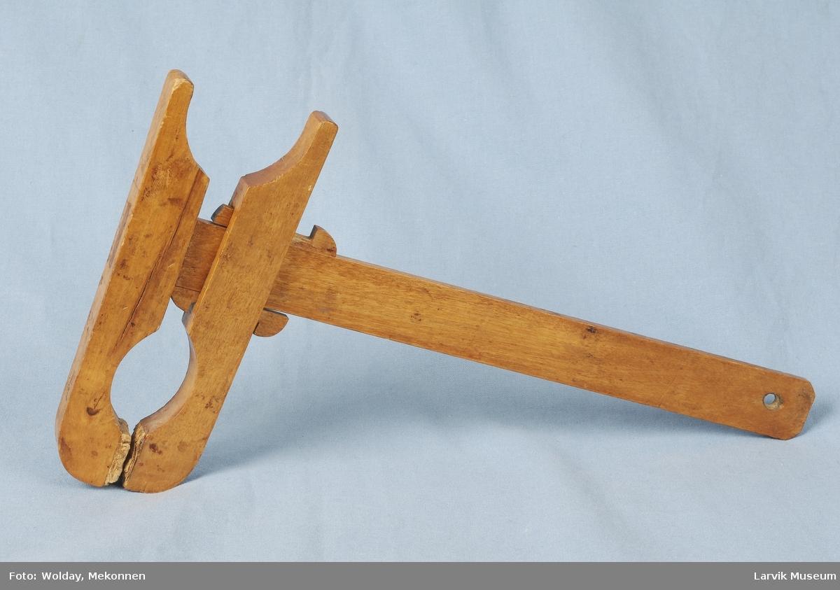 Teknikk: ligner på en skrutvinge med låsanordning av trekiler, kork på klempunktene, hull i enden av verktøyet til oppheng. Form: enkel