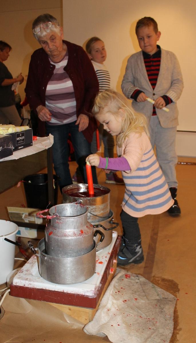 Juleverksted på Berg-Kragerø Museum den 24.11.2013. Kragerø Husflidslag arrangerer. Barna lagde juleduker, dyppet lys, pyntet kuler, lagde julekurver og kort og lagde helikopter og busser.