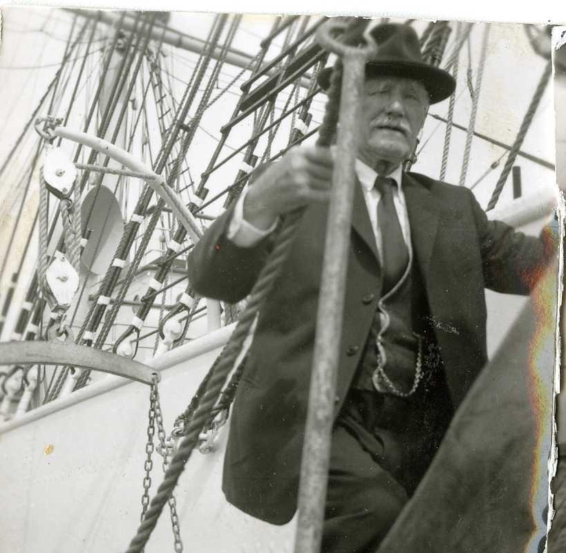 """Seiskuta """"Sørlandet"""" beskøker Kragerø. Kaptein Klem inspisserer ombord."""