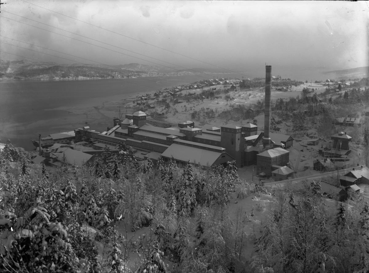 Industriområde fotografert på vinteren. Dalen Portland Cementfabrik.