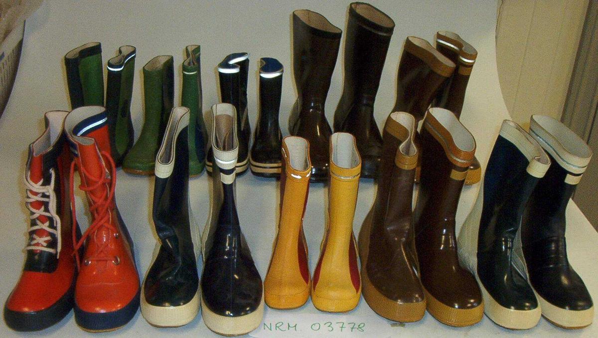 21 gummistøvler + 2 barnetøfler  På bildet står de originale Viking-modellen til til høyre og etterligningene til venstre.