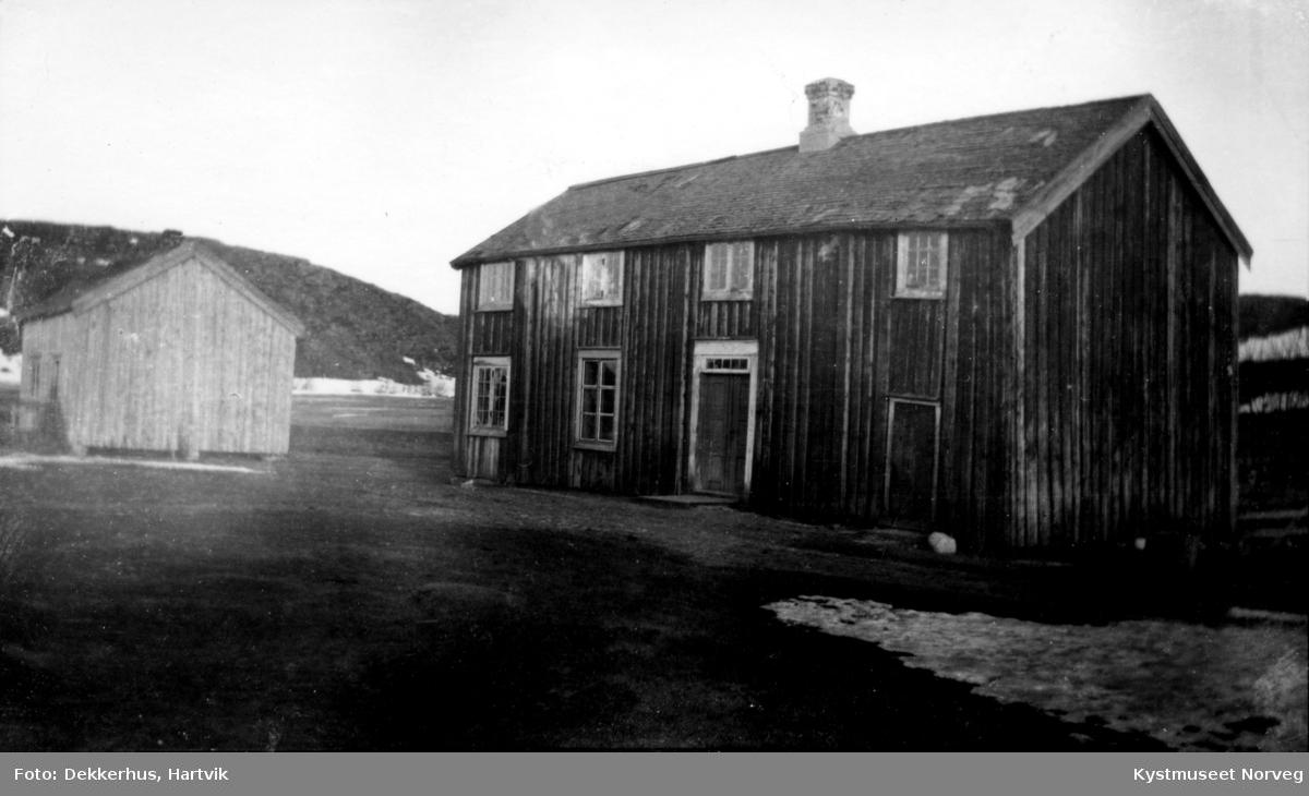 Hartvik Dekkerhus` gårdsbruk med hovedbygning og Kårstue Hartvik Dekkerhus`gårdsbruk med hovedbygning og kårstue