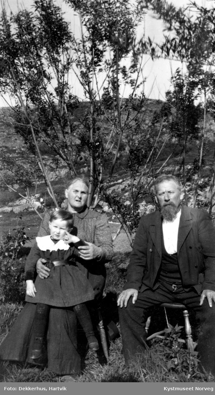 Lise og Erik Andreas Olufsen Ofstad med barnebarnet Liv