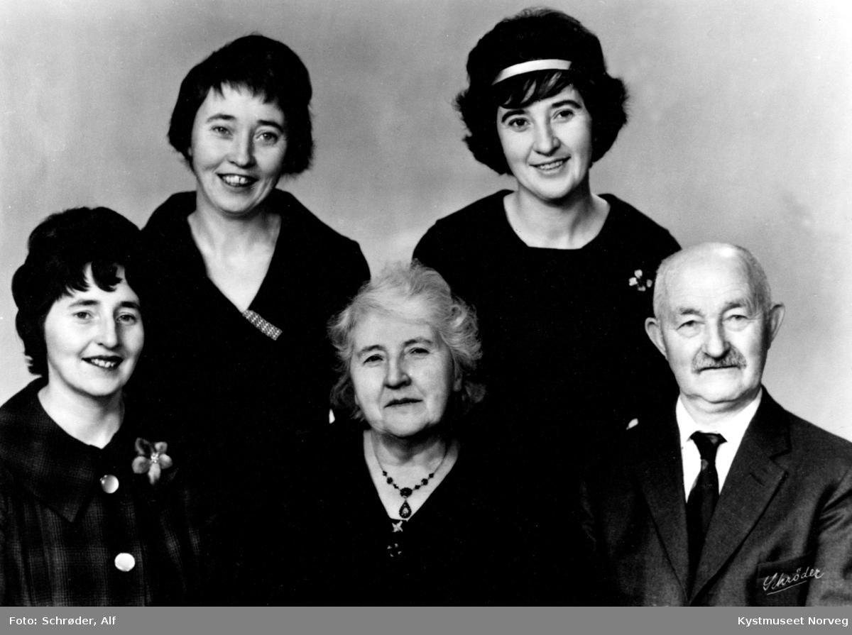 Ingrid Woxeng Hunnestad, Guri Woxeng Sollid, Anne Sofie Woxeng Henriksen, Johanna og Paul Woxeng, familieportrett