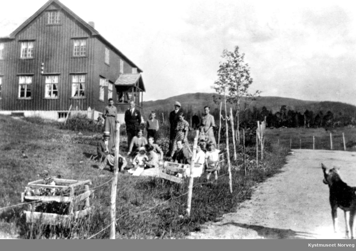 Ukjente personer på søndagsbesøk med piknik på Svanås