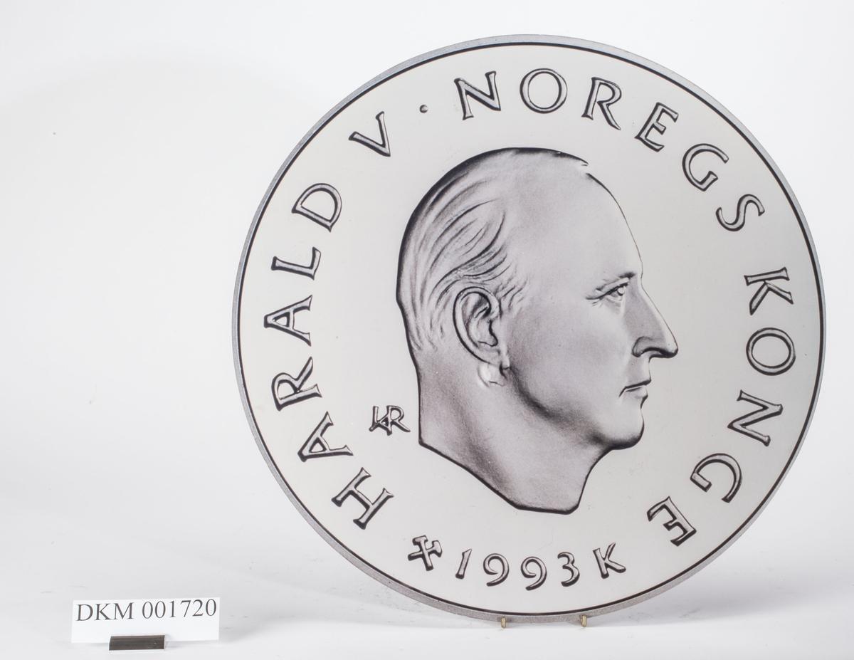 Advers: Kong Harald V i høyrevendt profil.  Revers: Fire barn som går på skøyter med stjerner omkring og OL-symbolet over.
