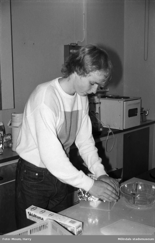 """Kålleredsungdomar på sommarjobb, år 1984. """"Folke Bassen gör i ordning för frysen.""""  För mer information om bilden se under tilläggsinformation."""