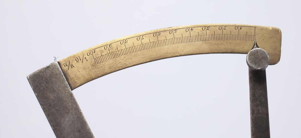 Måleren har to jernarmer som er festet i hverandre nederst slik at de danner en V. Til den ene armens ytterkant er det festet en skalaarm i messing, som går i en svak bue over til den andre jernarmen.