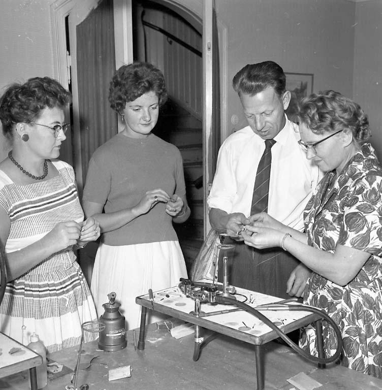 """Enligt notering: """"Smyckeskurs Ungdomsgården Sept -60""""."""