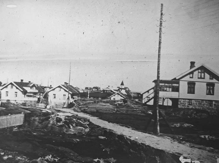 """""""Käringön. Käringöns fiskeläger ligger nordverst om Mollösund. Här är en bild tagen över Käringön med kyrkan i bakgrunden."""""""