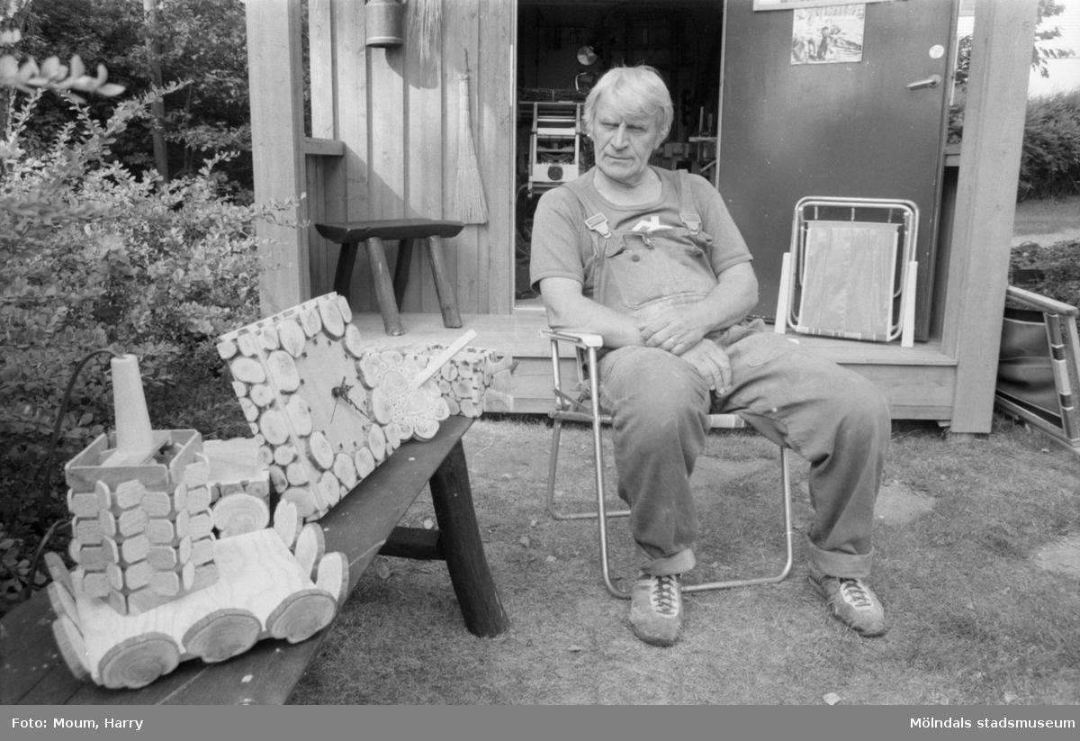 """Rune Alfredsson från Kållered slöjdar i ene, år 1984. """"Rune Alfredsson beskådar några av de alster han framställt.""""  För mer information om bilden se under tilläggsinformation."""