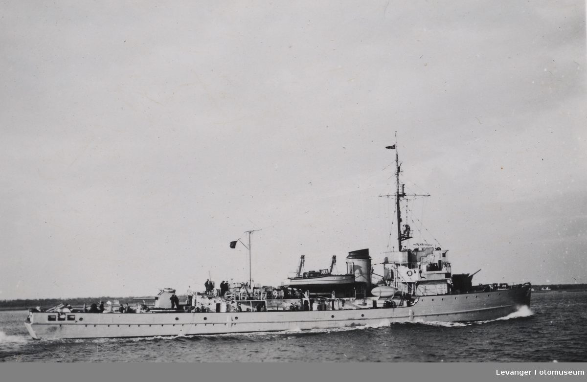 """Tysk minesveiper  av """"35""""- klasseni norsk fjord."""