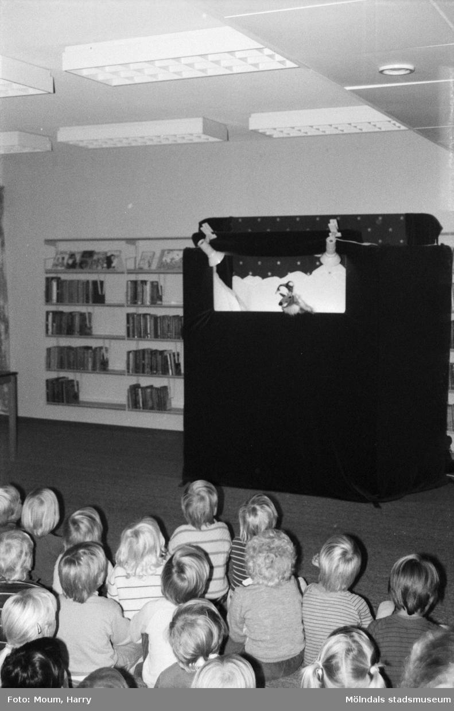 Dockteater på Kållereds bibliotek, år 1984.  För mer information om bilden se under tilläggsinformation.