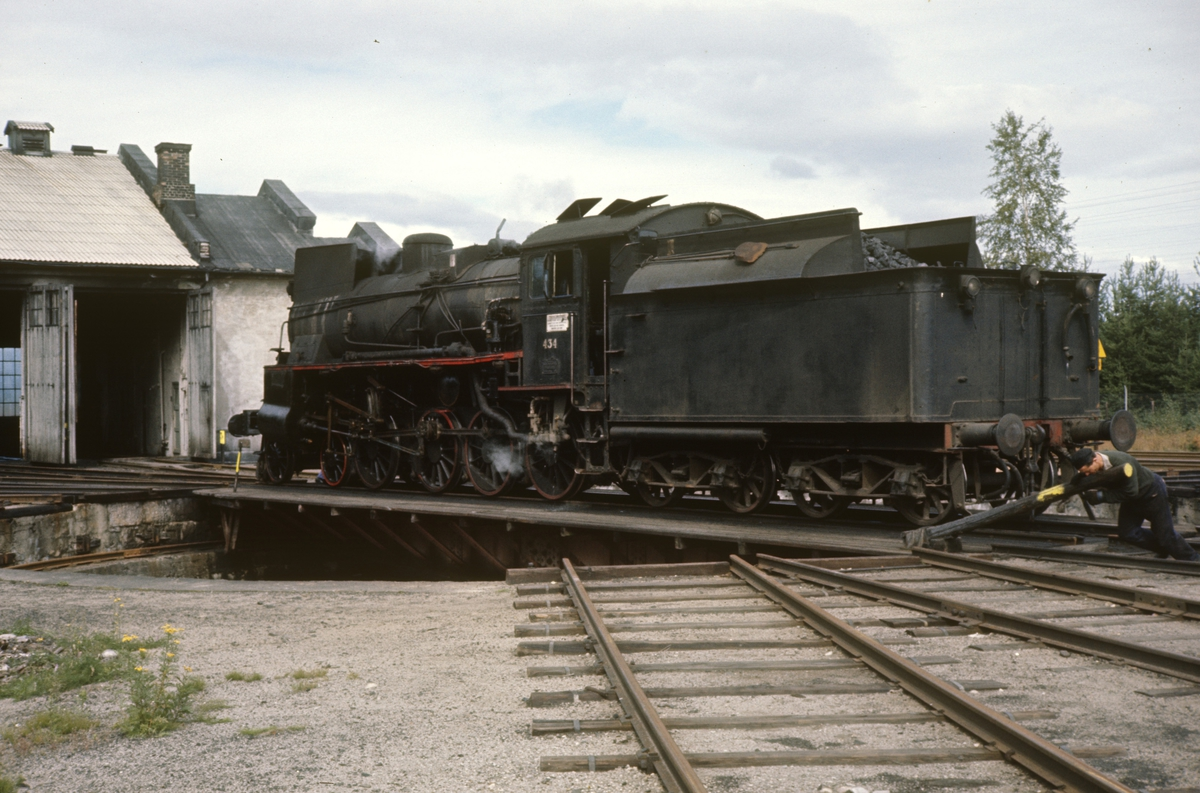 Damplok type 26c nr. 434 på svingskiven på Elverum stasjon.
