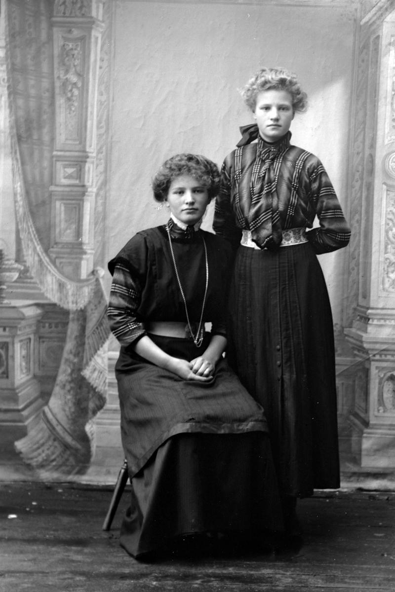 Studioportrett av søstrene Pauline og Anne Bjørvik.