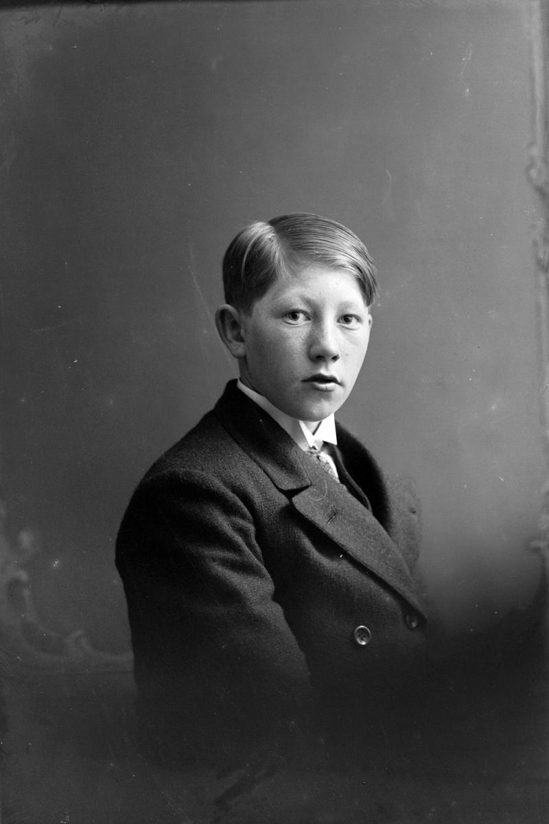 Studioportrett av en gutt, muligens Agnar J. Martinussen.
