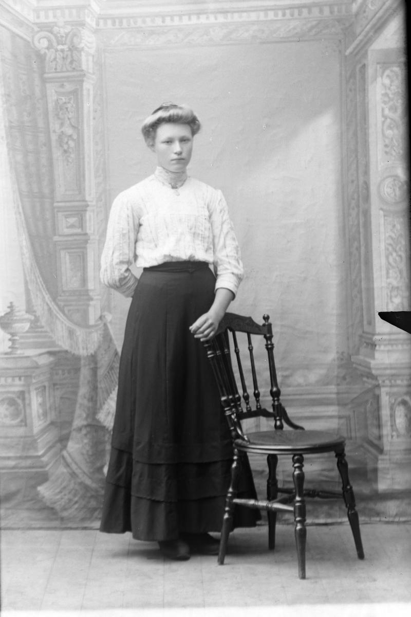 Studioportrett i helfigur av Anna Hansen.