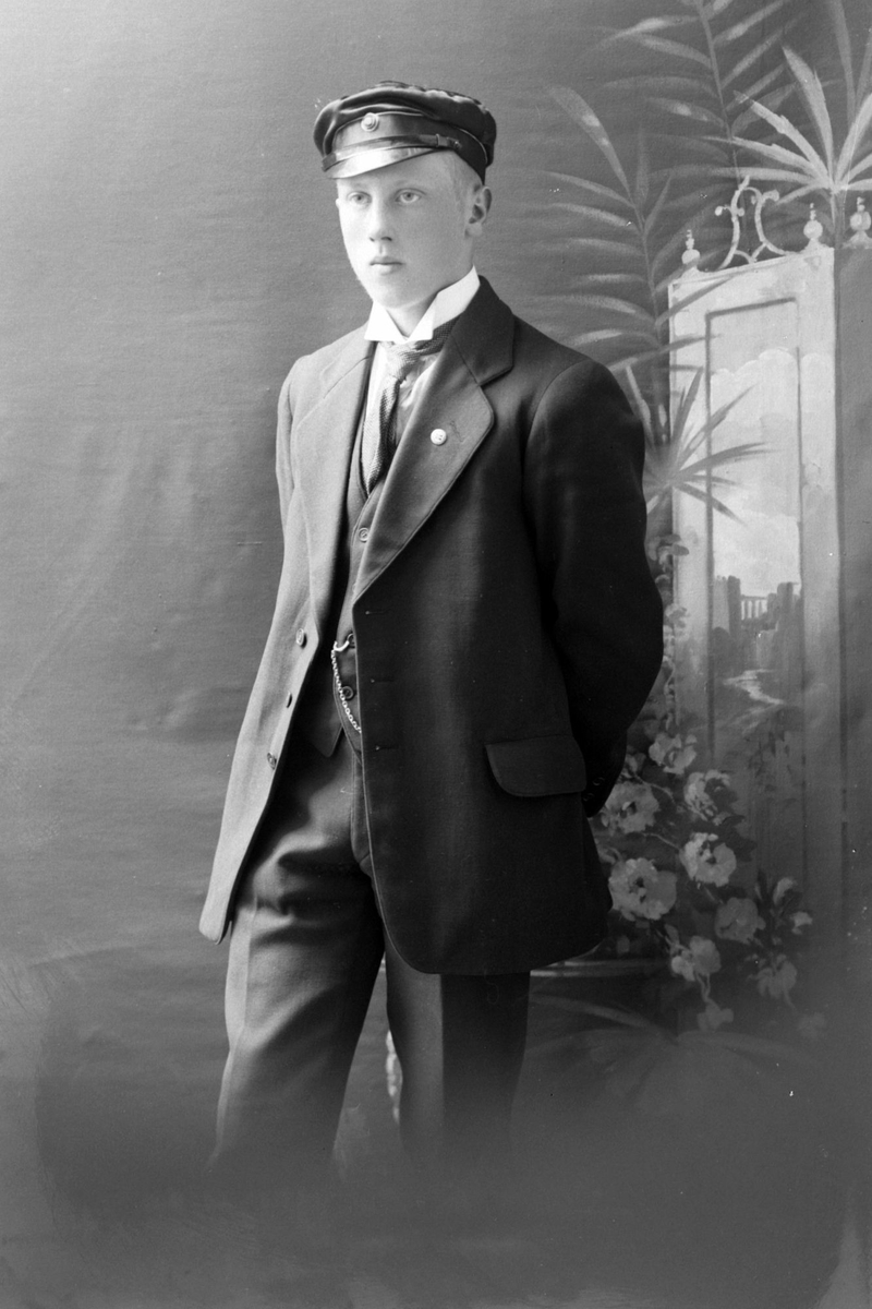 Studioportrett av en ung mann, trolig Abel Ellingsen.