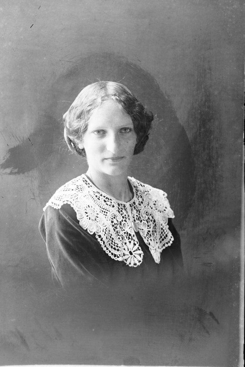 Studioportrett av en kvinne, muligens Ethel Benjamensen.