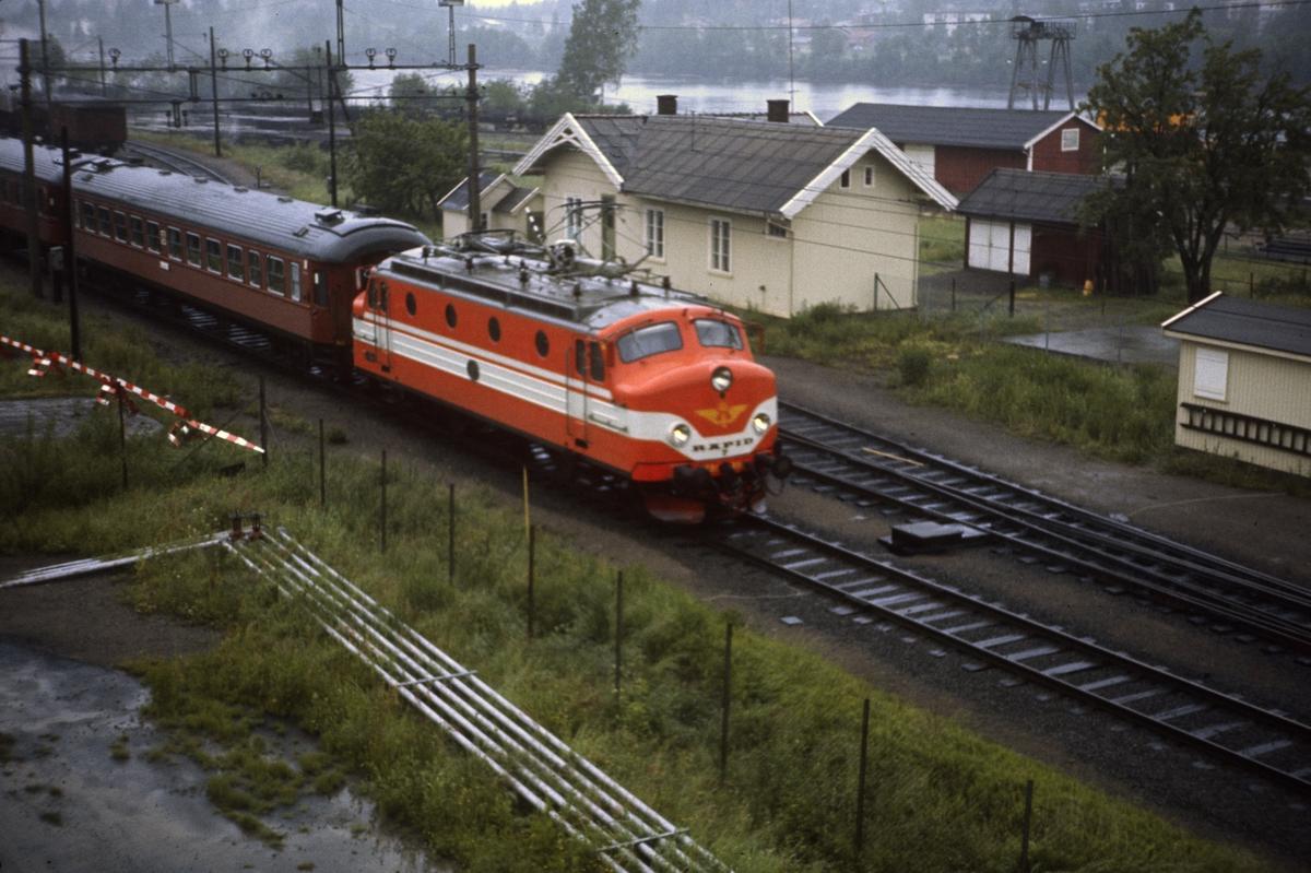 Ekspresstog fra Oslo Ø til Stockholm kjører ut fra Kongsvinger stasjon. Toget trekkes av svensk elektrisk lok type Ra.