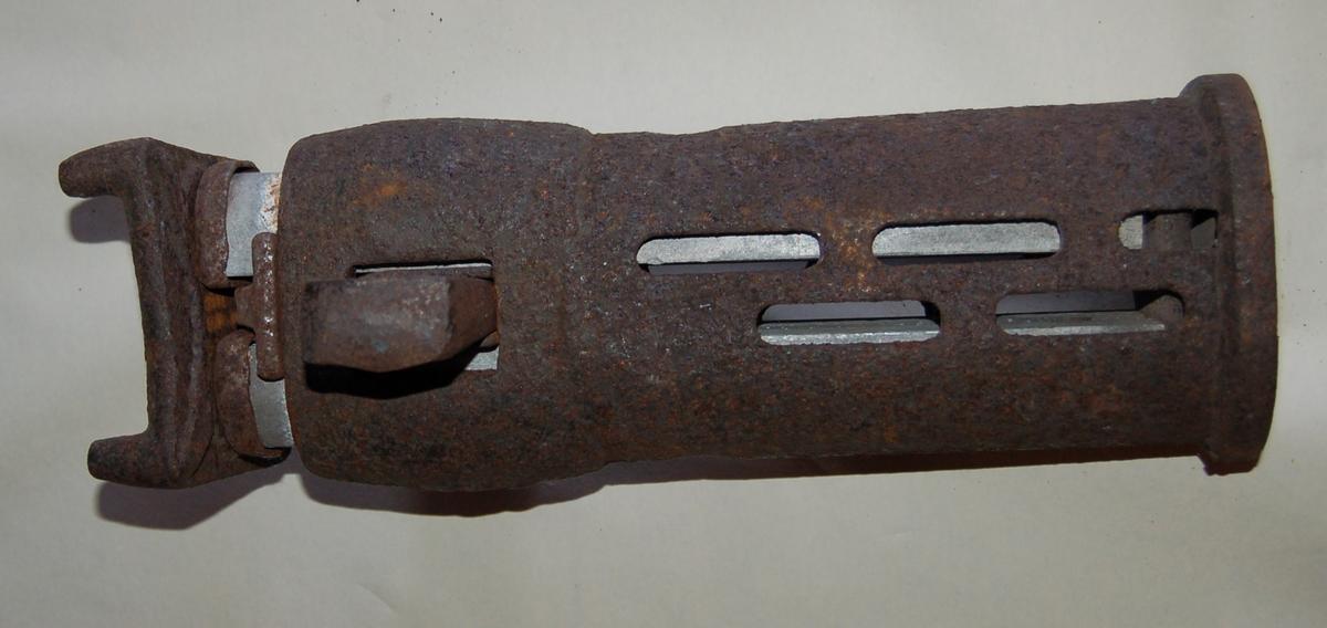 Friksjonsstempelet består av ei utvendig oval kraftig foring, festet til en kvadratisk plate i bunn. Innvendig er det et stempel som har en kraftig kvadratisk plate på toppen. Høyden er mekanisk justerbar ved at der er 4 hull i foringen. En jernkile går tvert gjennom foring og stempel til avlåsing.