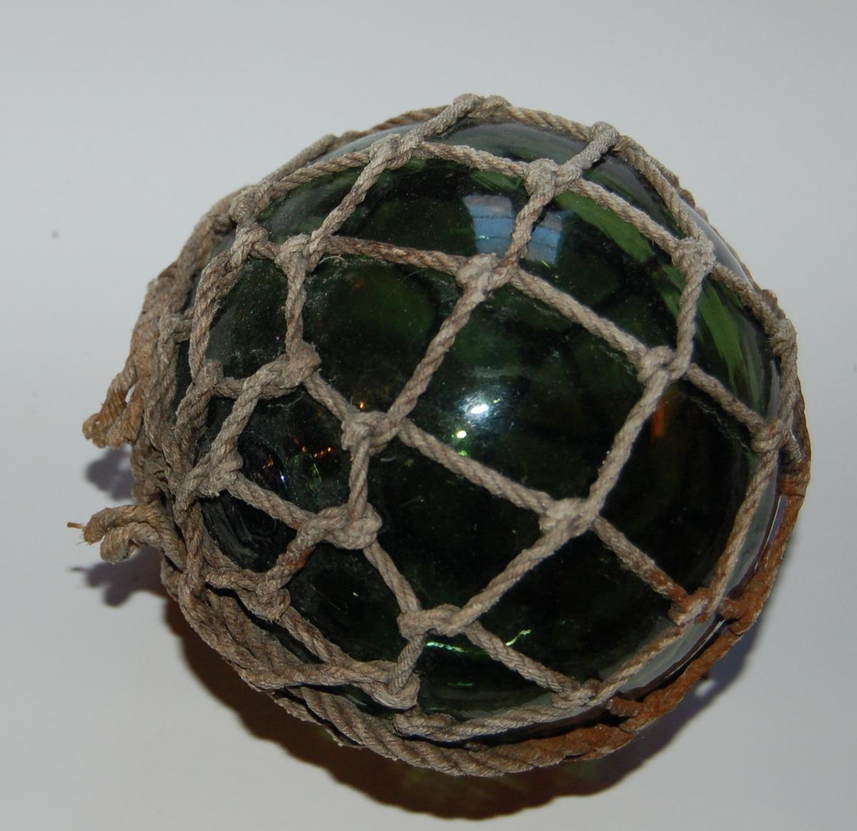 Glaskule innbundet i nettmasker av tau