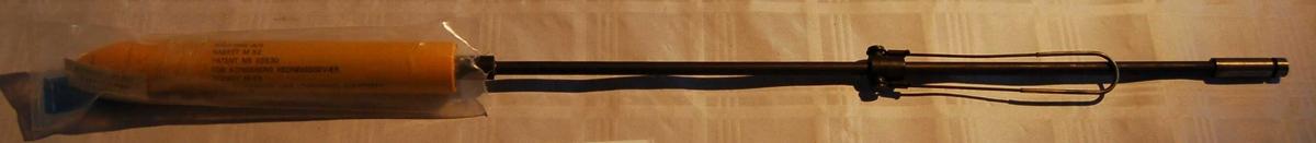 Pilstamme av jern med påmontert rakett tilpasset eit Kongsberg Redningsgevær M.52.