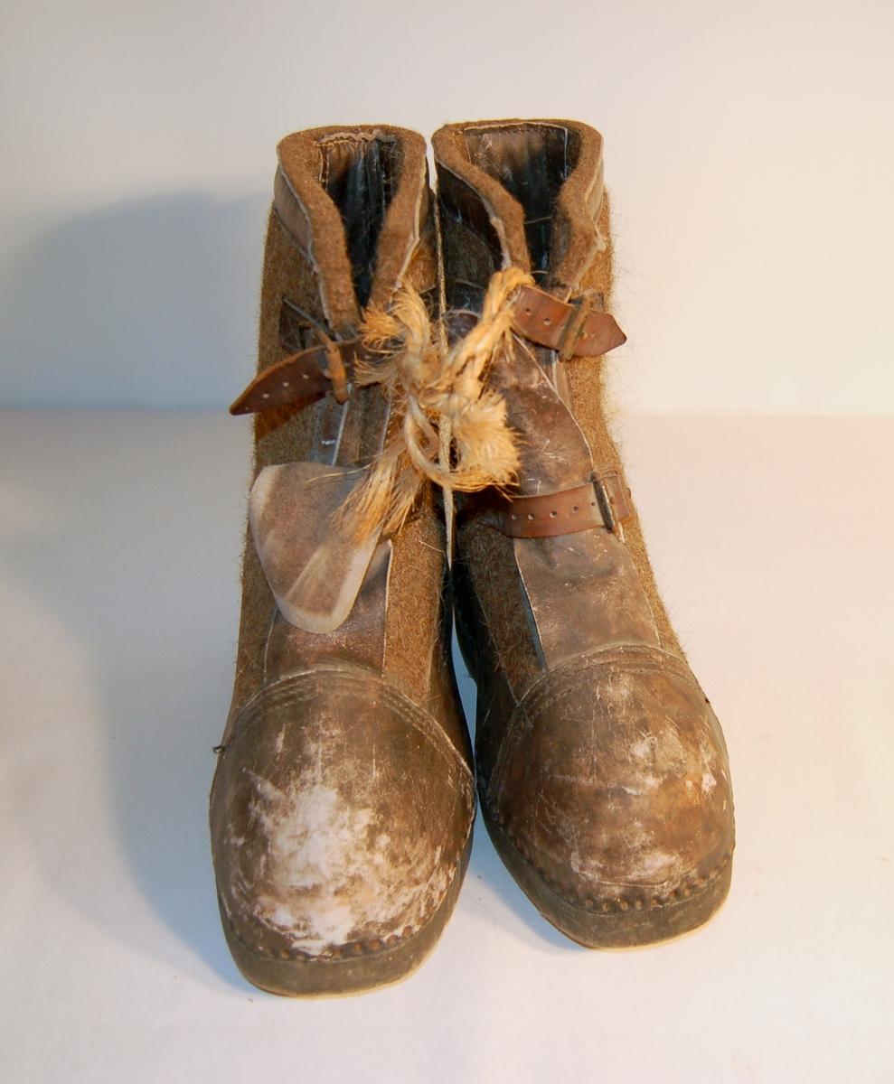 Form: Sko/støvelforma. Sålen (lesten) er laget av tre, foten (skoen) er av lær/skinn, og skaftet (støvelen)av filt.