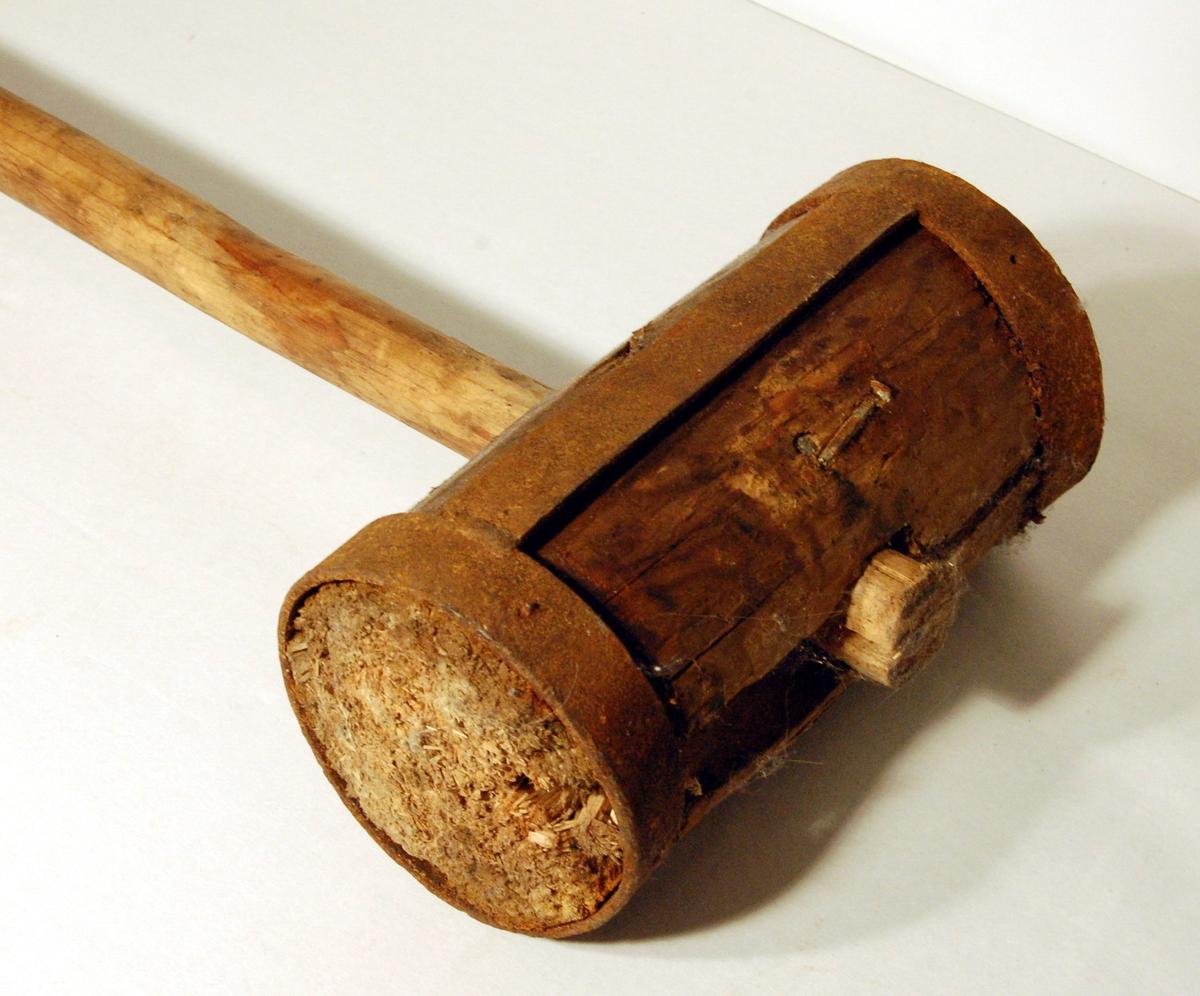 Klubben er en sylindrisk bjørkekubbe festet til et treskaft på midten av kubben. I kvar ende av bjørkekubben (klubben) er der jernbeslag, slik at klubben ikkje skal sprekke under bruk.