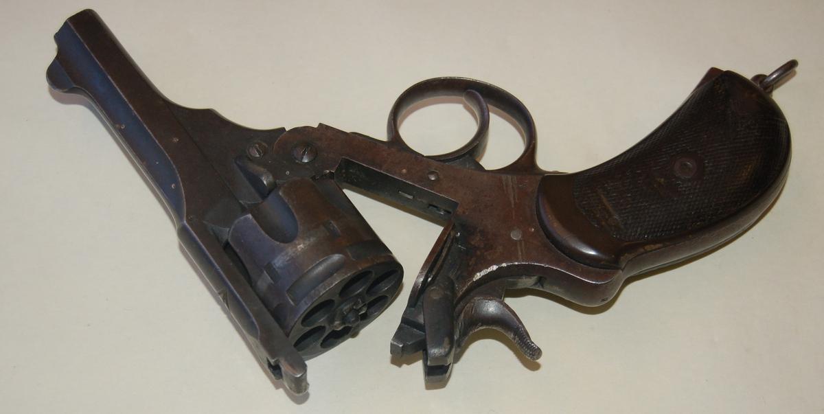 Gjenstanden er en enkeltløpet tønnerevolver, kaliber 455 med plass til seks skudd.