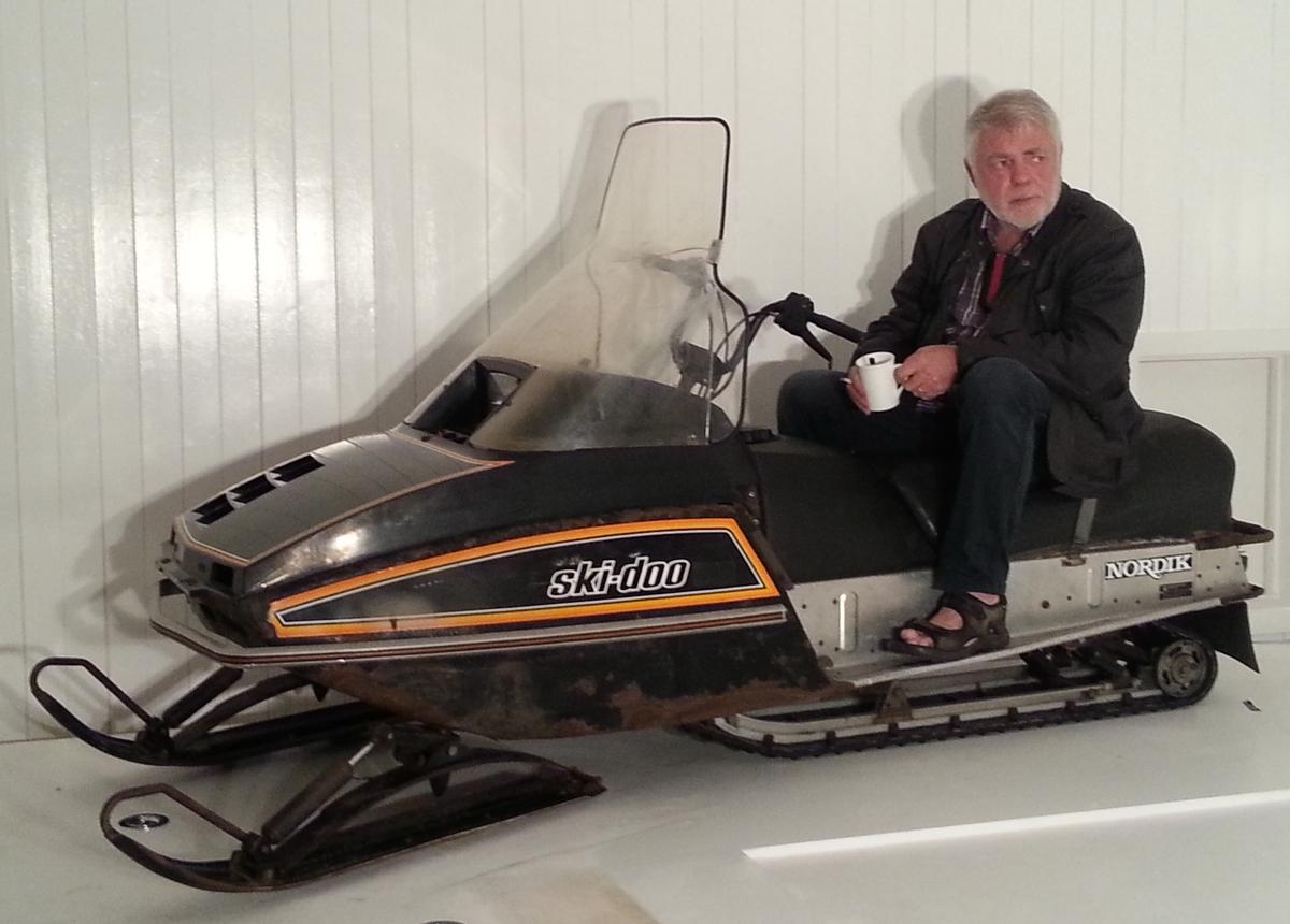 Beltegående motorsykkel (scooter) med meier som styre/svinganordning, til køyring på snø og isdekte flater/terreng.