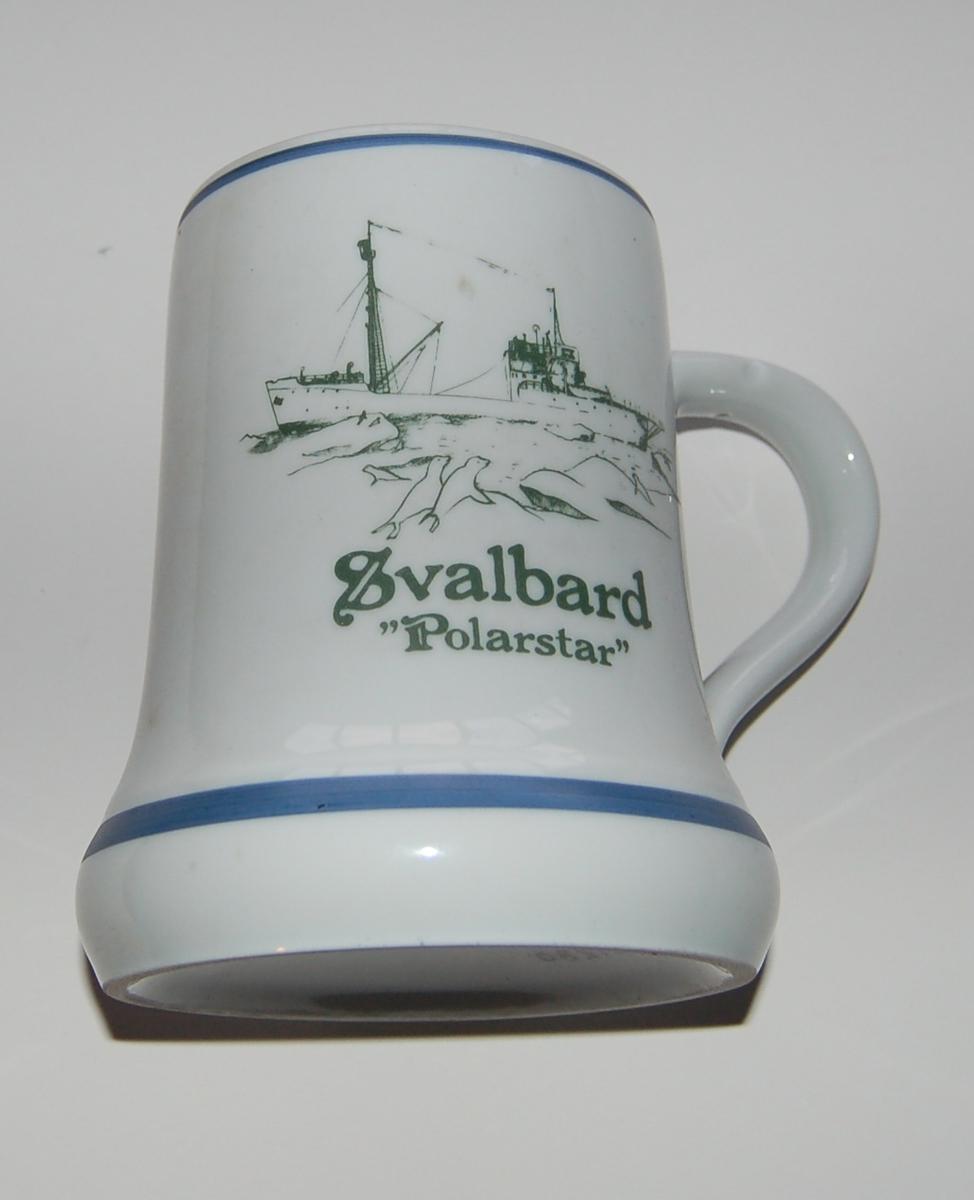 """Utsmykka souvenirkrus i glassert porselen. Motiv: M/S """"Polarstar"""" i isen. Tekst: Svalbard. Polarstar."""