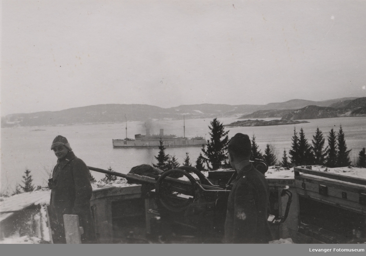 Luftvernstilling, kanonen er en Flak 38 2 cm, Litt sør for Langstein stasjon. Skipet Stavangerfjord i bakgrunnen.