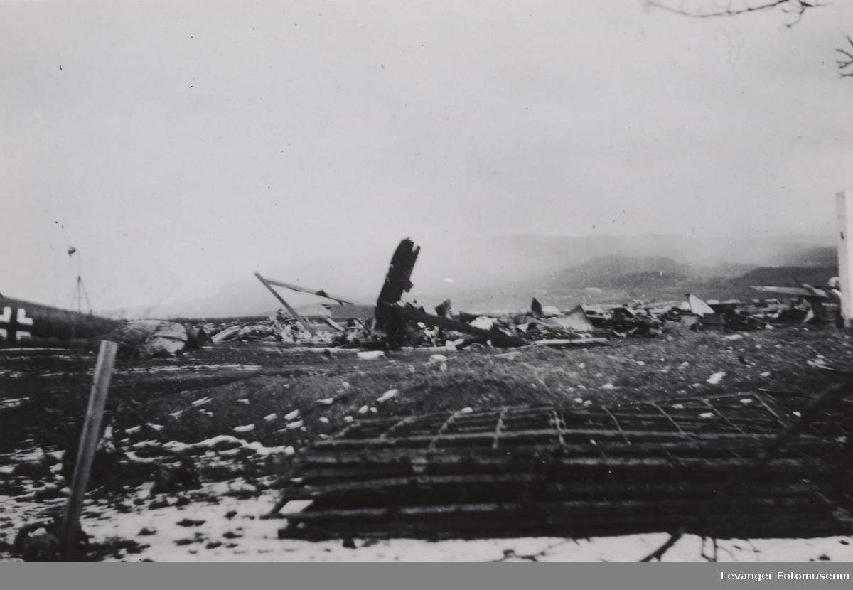Luftfoto av Værnes etter britiske bombeangrep.