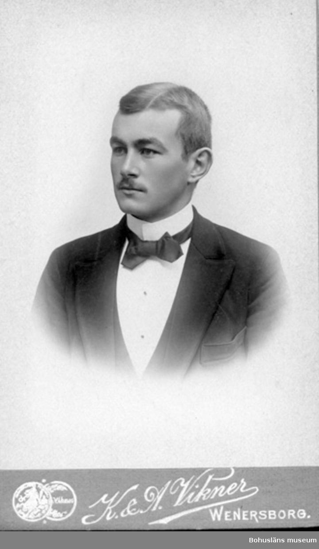 "Enligt text på fotot: ""Kalle"" = Harald Norén fr Venersborg kontorist i Gtbg""."