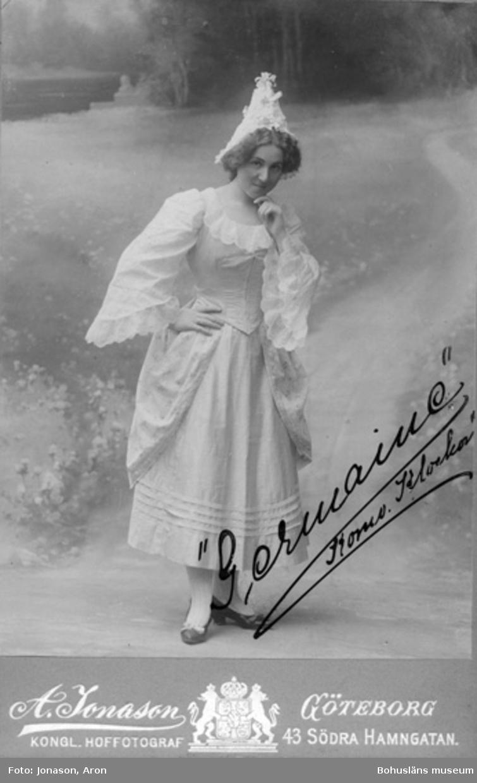 """Enligt text på fotot: """"Frkn Hilda Mankell senare gift med amaunens Lindberg i Sthlm. Har delat dublett i Gtbg, då hon var anställd vid Göteborgs Teater och debuterade som """"Germaine"""" i Cornevilles klockor (tillhör Gerda W). Hennes bror är rektorn Bernhard Mankell Kusinerna: Tandl. Aug. Mankell Handl. i Konfektion do samt Ida""""."""